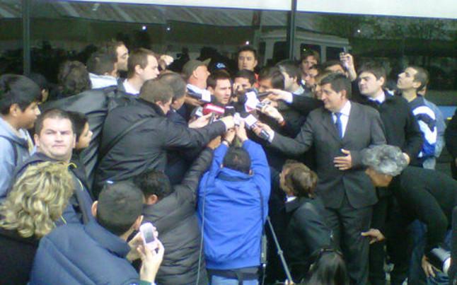 Gorące powitanie Messiego na lotnisku