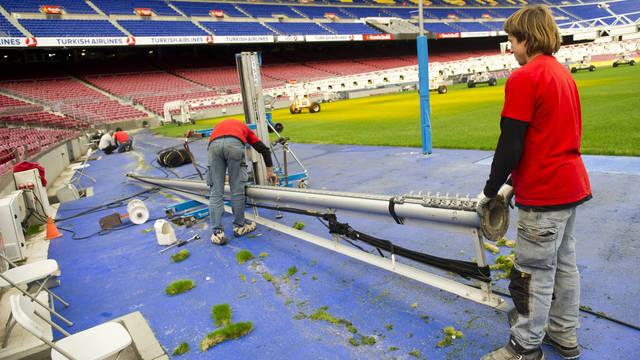 Usuwanie siatek za bramkami na Camp Nou