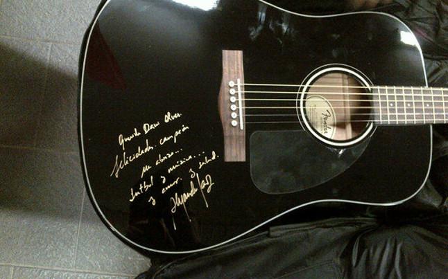 Alejandro Sanz dał gitarę Daniemu Alvesowi