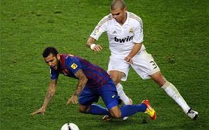 Pepe próbował nadepnąć na Alvesa?