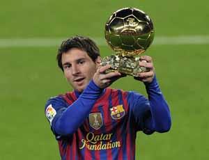 Messi prezentuje Złotą Piłkę