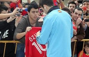 Cesc podpisał się na koszulce Realu Madryt
