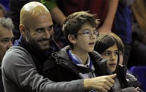 Pep Guardiola na meczu koszykówki