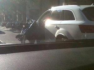 Autobus uderzył w drzwi samochodu Piqué