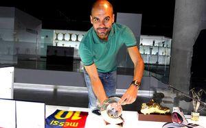 Prezentacja trofeum Guardioli w muzeum Barcelony
