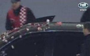 Messi obrzucony płatkami róż