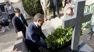 Kwiaty na grobie Joana Gampera