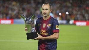 Iniesta zaprezentował trofeum