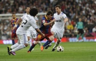 Messi atakuje bramkę Realu