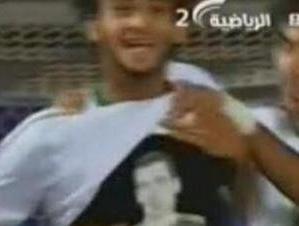 Piłkarz celebruje gola koszulką z Busquetsem