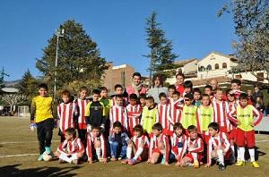 Puyol gra z dziećmi w La Pobla de Segur