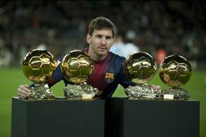 Messi prezentuje Złote Piłki