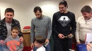 Piłkarze odwiedzili barcelońskie szpitale