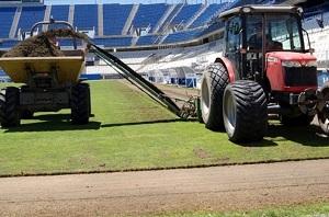 Málaga próbuje poprawić stan murawy przed meczem z Barçą