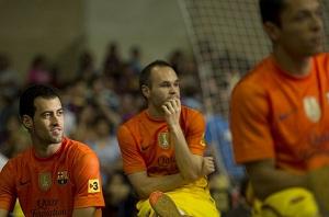 Iniesta i Adriano kolejni w kolejce
