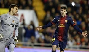 Leo Messi celebruje bramke z Valencią