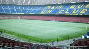 Śnieg na murawie Camp Nou