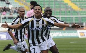 Alexis w Udinese celebruje jedną z czterech bramek strzelonych obecnemu bramkarzowi PSG