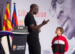 Lilian Thuram daje wykład na temat rasizmu uczniom FCBEscola