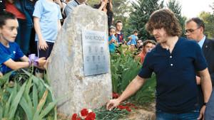 Carles Puyol i Ramon Pont upamiętnili postać Mikiego Roqué