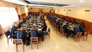 Wspólny obiad przed świętowaniem