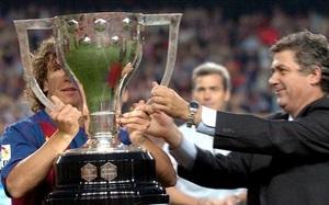 Villar zaprezentuje trofeum podczas Barça-Valladolid
