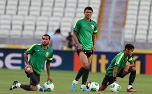 Alves ma przekonać Thiago Silvę