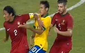 Neymar ofiarą Bruno Alvesa