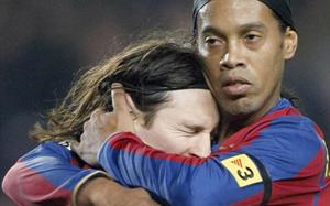 Ronaldinho: Dla dobra futbolu, Messi powinien grać w Barcelonie